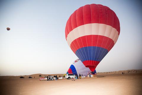 Dubai: Ballonvaart met Camel Ride & Falcon Show